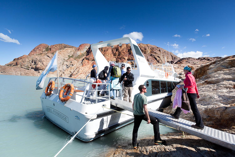 Patagonia Aventura - Embarcación Founrouge - Desembarco en el Promontorio cerca del Glaciar Viedma