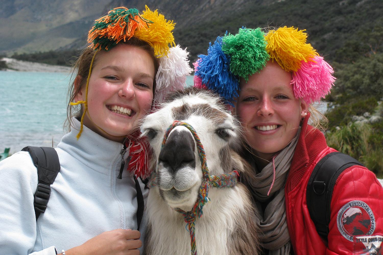 """""""Hee zeg, dat zijn toch zeker MIJN sieraden?? Ach, met twee van die mooie meiden wil ik wel zonder opsmuk op de foto."""" (Jody & Mendie)"""